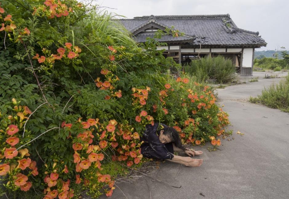 Eiko Otake, <em>Eiko in Fukushima, Yaburemachi, 23 July 2014, No. 442</em>, Photo by William Johnston